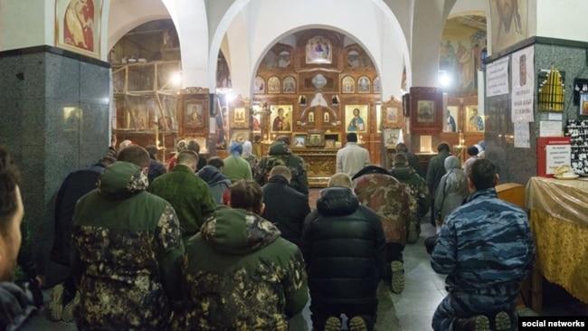 Российские военные без опознавательных знаков в храме Андрея Первозванного в Керчи, 1 марта 2014 года