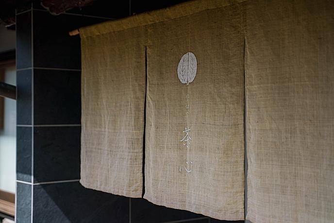 シャワーカーテンが閉まっている  低い精度で自動的に生成された説明