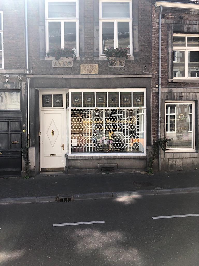 Afbeelding met weg, gebouw, buiten, straat  Automatisch gegenereerde beschrijving