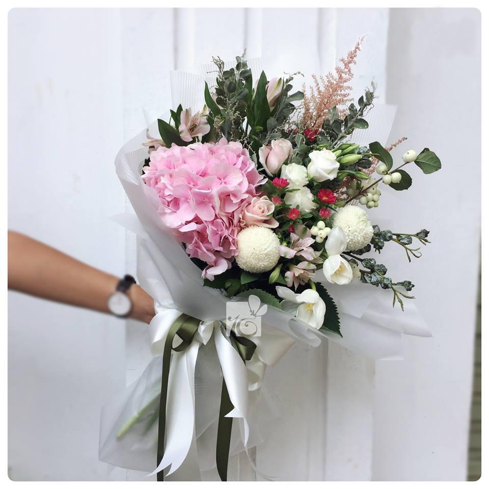 Ảnh có chứa hoa, tường, trong nhà, bàn Mô tả được tạo tự động