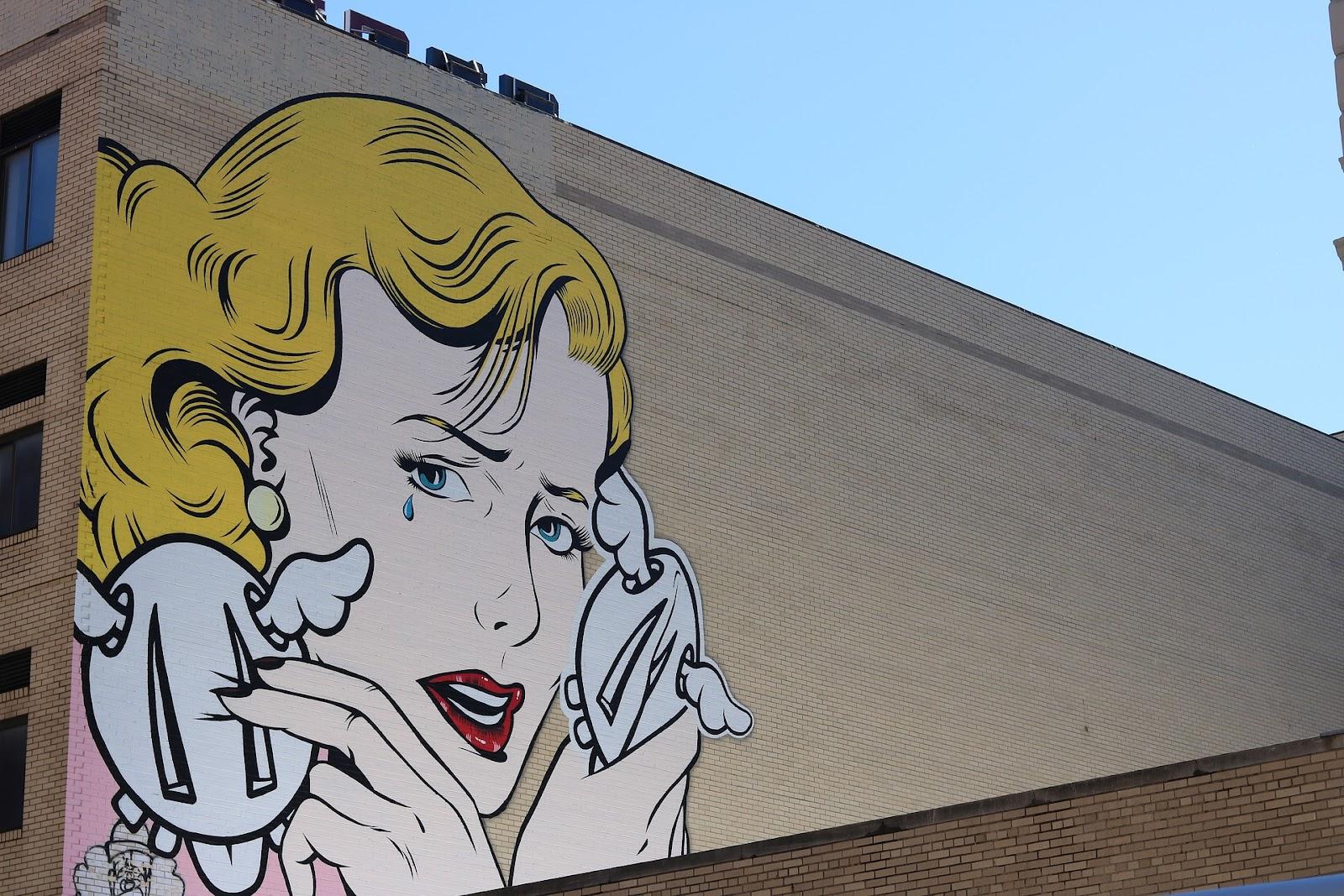 Un visage de femme peint sur une façade