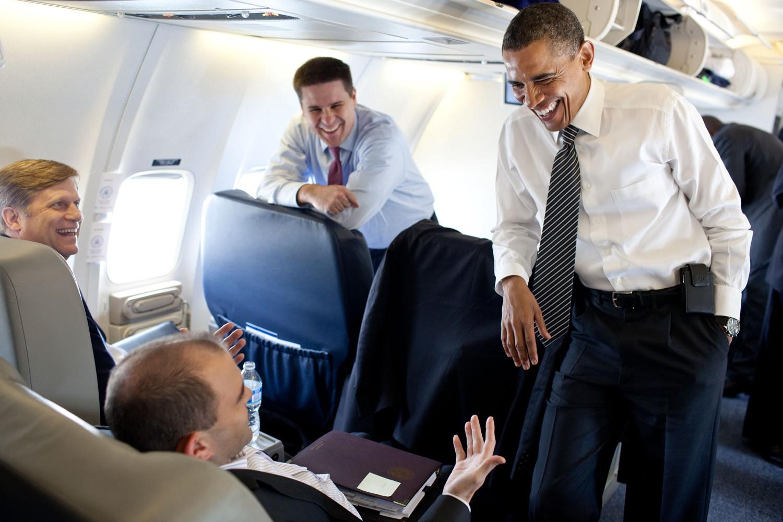 Дэн Пфайфер на фото по центру, слева от Обамы