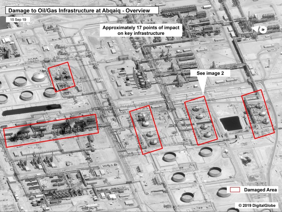 Imagem mostra danos provocados por ataques com drones contra as instalações da petroleira saudita estatal Aramco em Buqyaq e  Abqaiq  — Foto: Governo dos EUA / Digital Globe  via AP