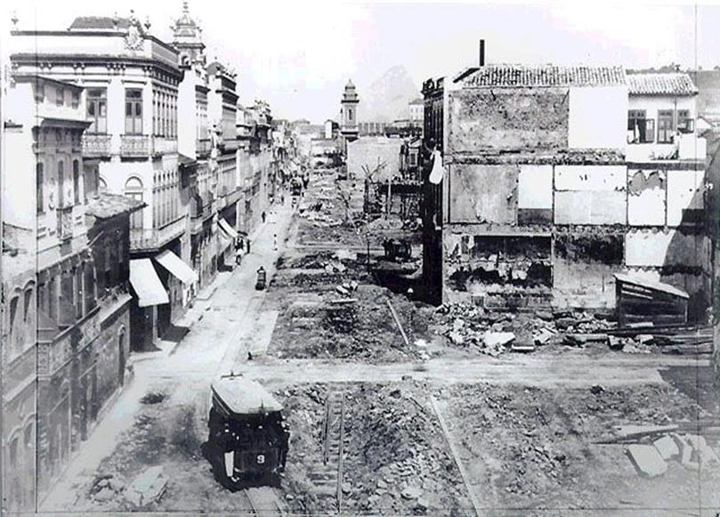 Fotografia da reforma urbana no Rio de Janeiro.