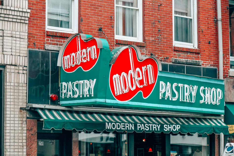 Modern Pastry ist der beste Ort, um Cannolis im North End, Bostons Viertel Little Italy, zu kaufen.