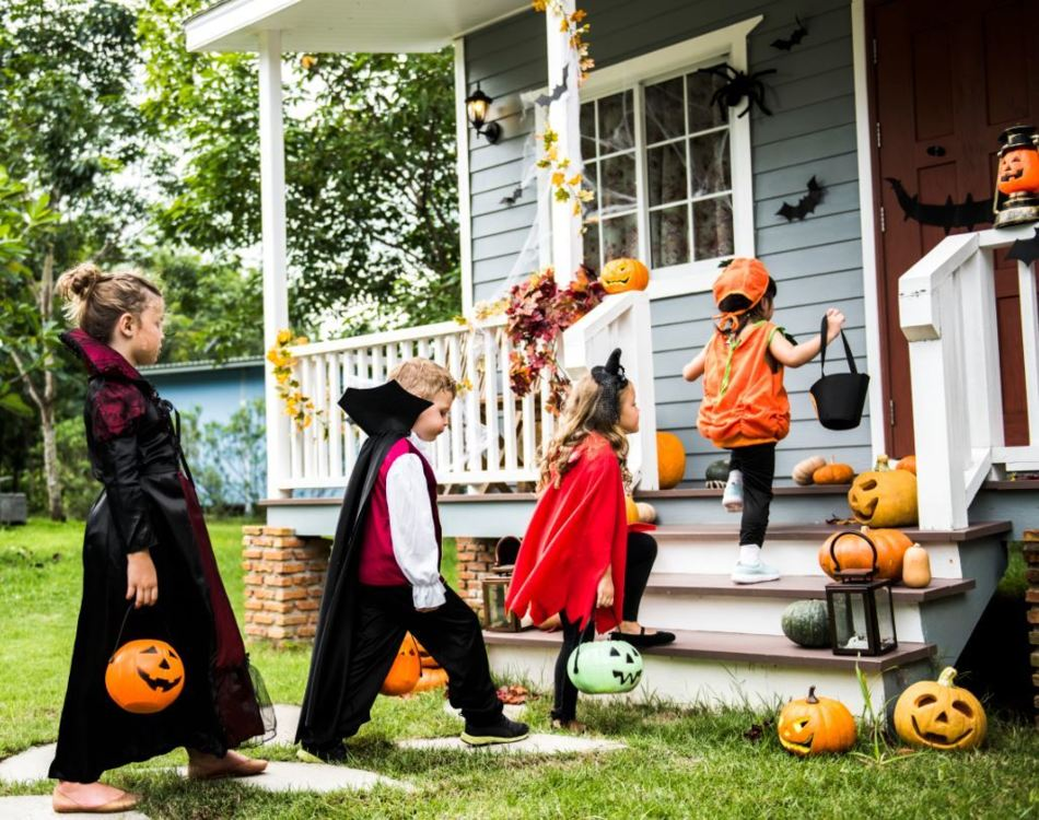 Kids go Trick-or-treating