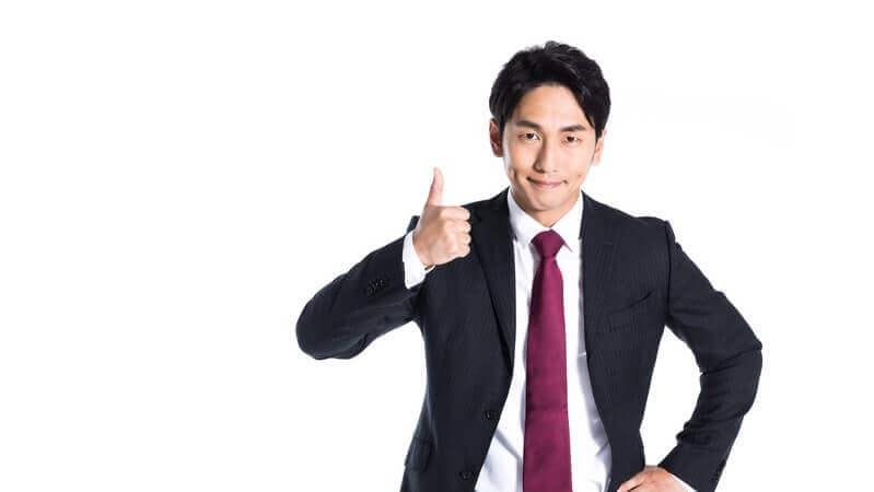 親指を立てて微笑んでいる男性の写真。