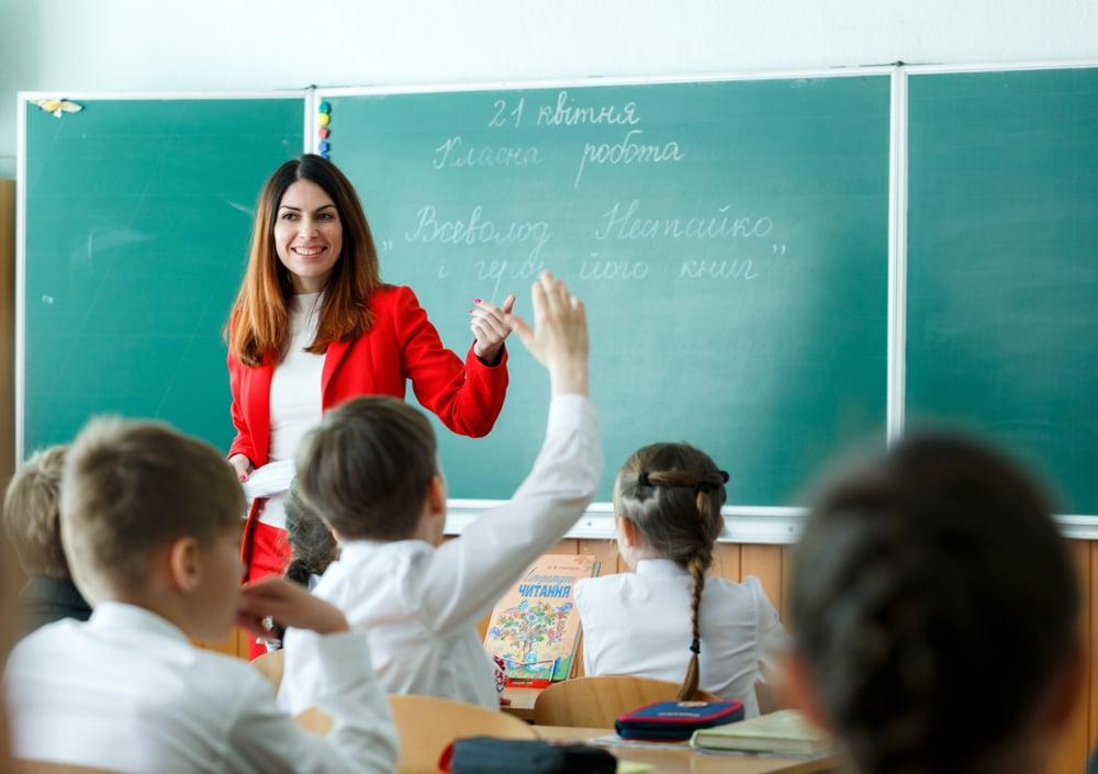 Вчителька в школі