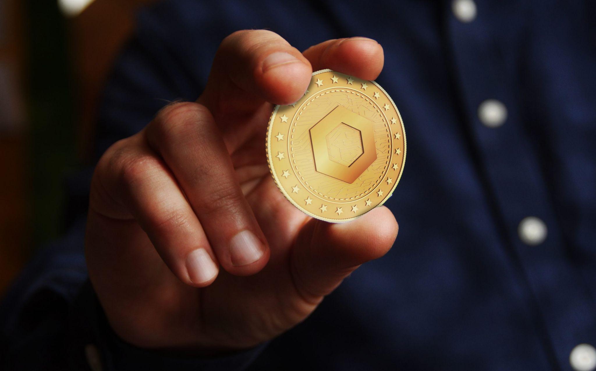 Ilustrasi orang yang sedang memegang koin Chailink