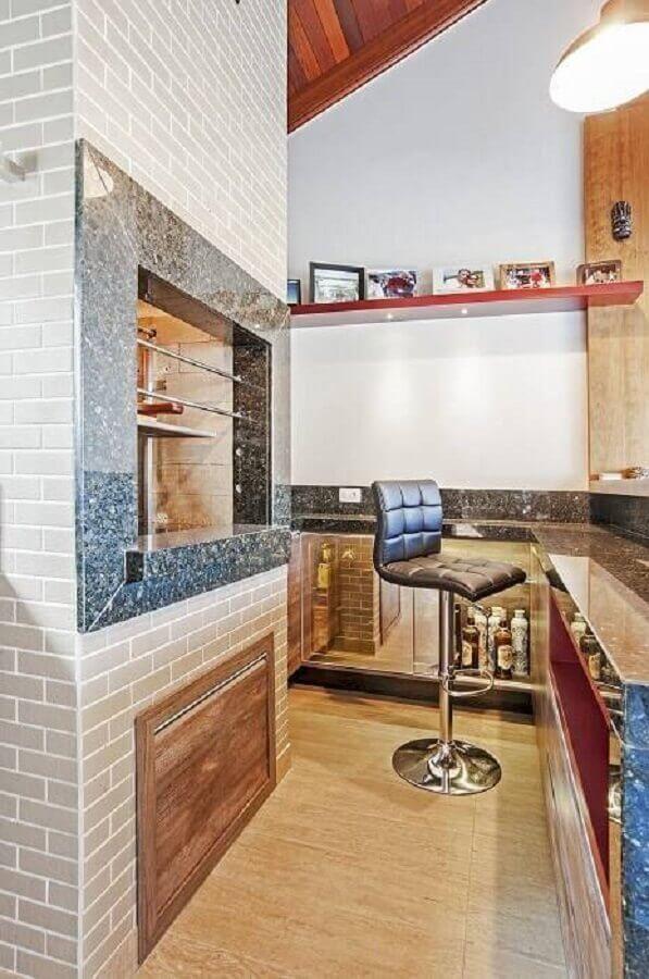 Uma imagem contendo no interior, armário, cozinha, madeira  Descrição gerada automaticamente