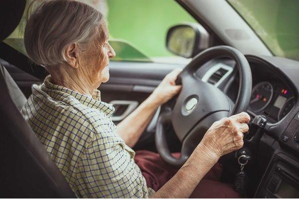 Người bệnh Alzheimer có thể gây nguy hiểm khi lái xe