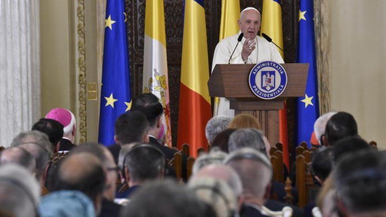 'Các Giáo hội Ki-tô giáo tìm cách để trở nên sự phản ánh khả tín cho sự hiện hữu của Thiên Chúa, Đức Thánh Cha nhắc các Giới chức ở Romania