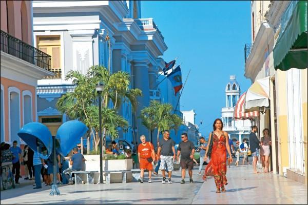 何塞‧馬蒂公園旁的購物大道,不時可見潮男潮女走過。