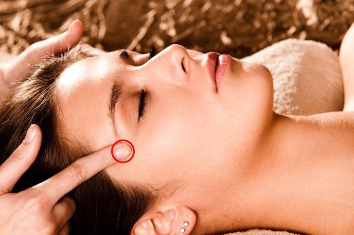 8 puntos de presión para dormir que apagarán tu mente inquieta 5