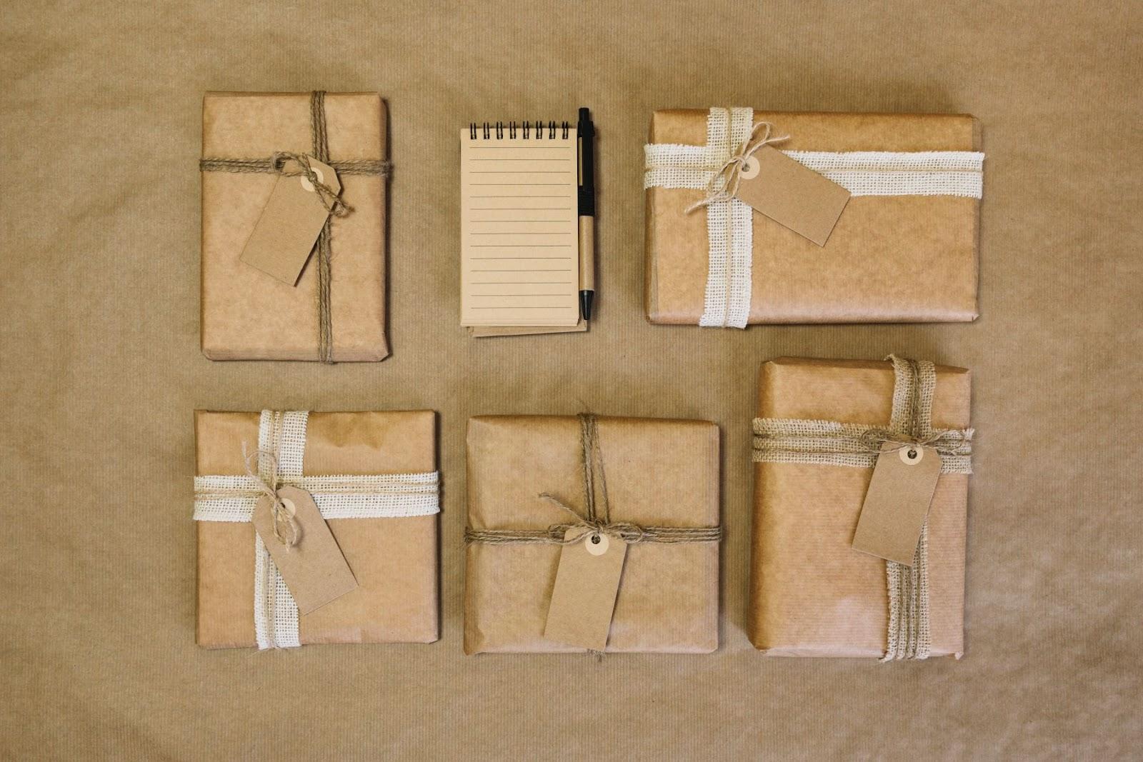 O papel Kraft é considerado como uma boa opção de embalagem sustentável pois é feito de material reciclado, é reciclável e provém de matéria-prima renovável (Foto: FreePik)