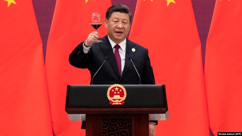 Председатель Китая Си Цзиньпин предлагает тост в конце своей речи во время приветственного банкета для лидеров, присутствующих на форуме «Один пояс — один путь». Пекин, 26 апреля 2019 года.