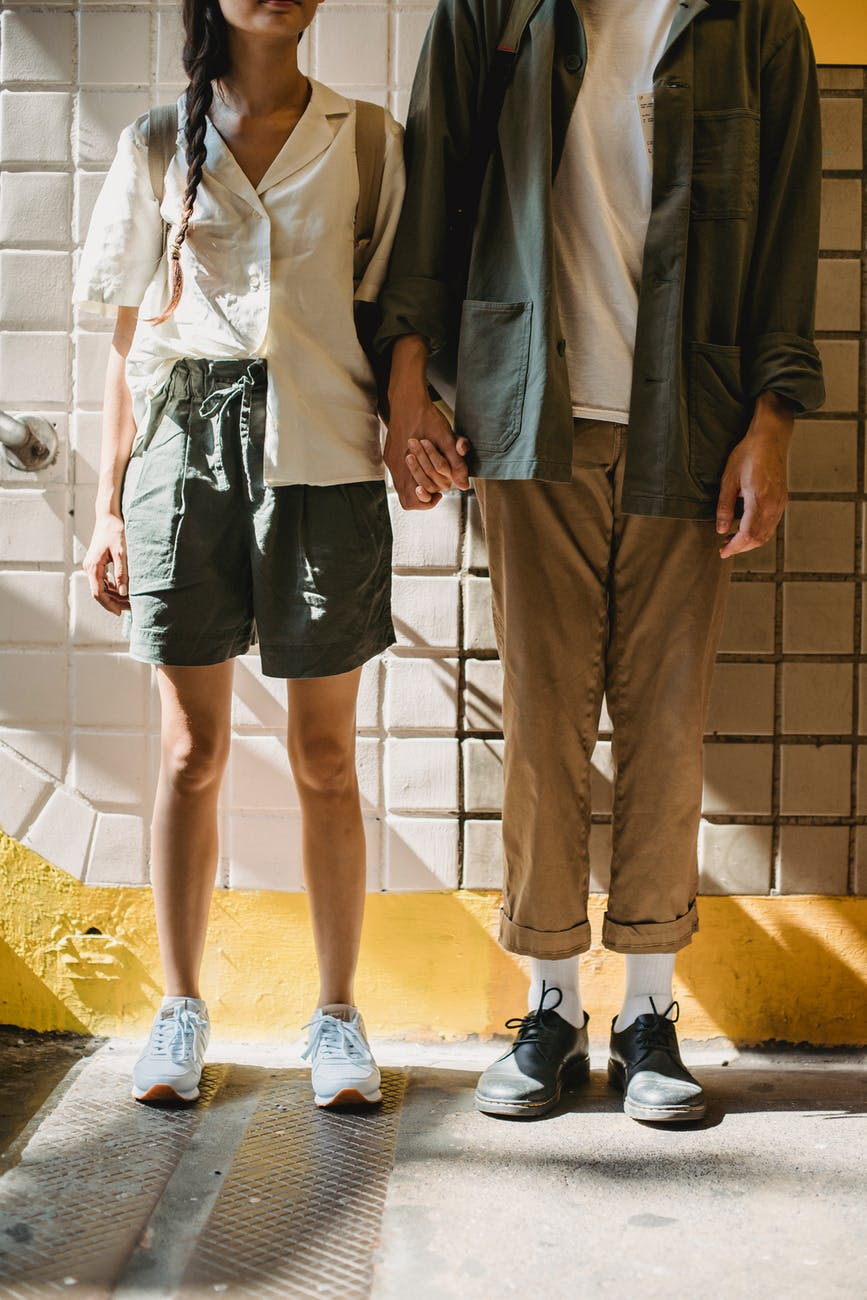 couple holding hands clothes with Brazilian street fashion style