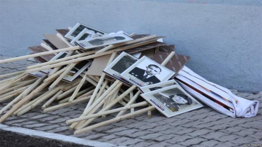 Фото, які спровокували скандал. Після акції «Безсмертного полку» у Москві учасники ходи викинули портрети начебто своїх рідних, які брали участь у війні. Це зайвий раз доводить фейковість цього заходу