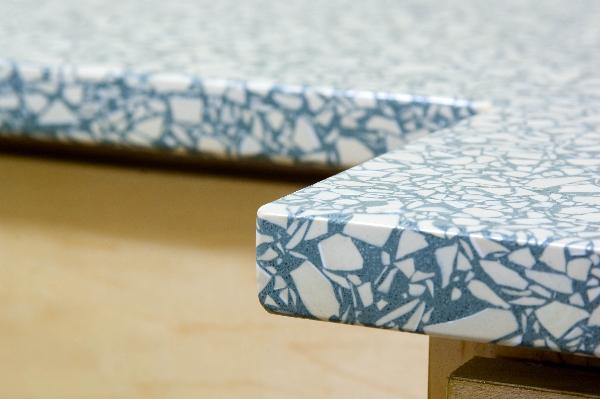 Meja teraso yang terbuat dari limbah kaca - source: stylecaster.com