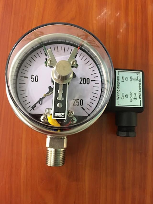 Đồng hồ đo áp suất dạng tiếp điểm được lắp đặt ở nhà máy hoá chất