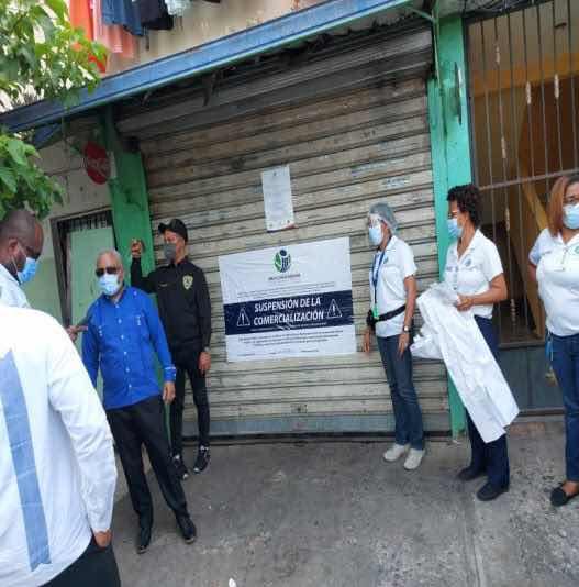 Autoridades clausuran dos colmados presuntamente vinculados a la venta de bebidas adulteradas en SDE