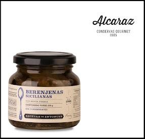 Berenjenas con cáscara cortadas en juliana, cocidas y condimentadas con aceite de oliva y menta fresca.