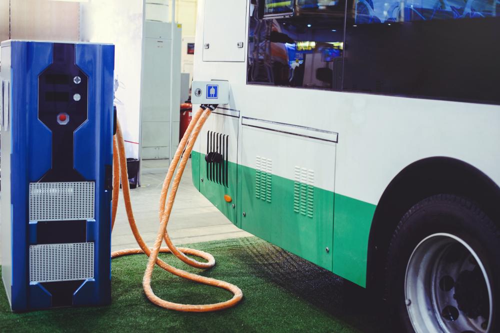 Ônibus elétricos devem crescer mais rápido que carros movidos a eletricidade. (Fonte: Shutterstock)