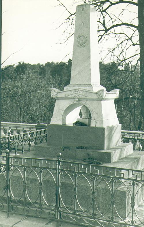 В 1840 году на могиле Пушкина был установлен памятник.