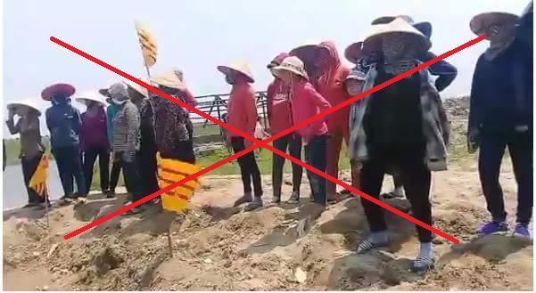 Giáo dân Kỳ Anh cầm cờ vàng Việt Nam cộng hòa