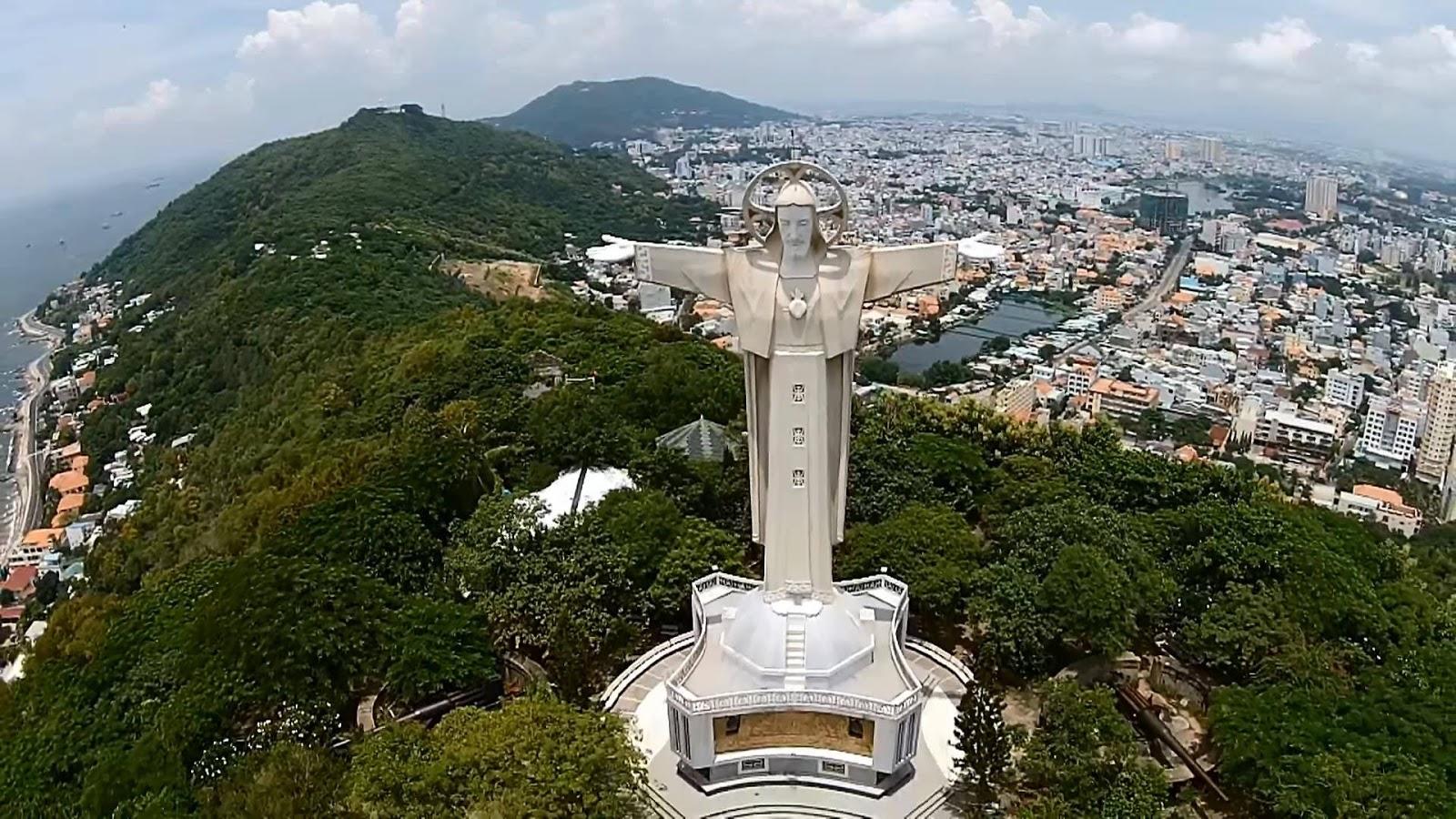 Tượng Chúa tọa lạc trên núi Tao Phùng