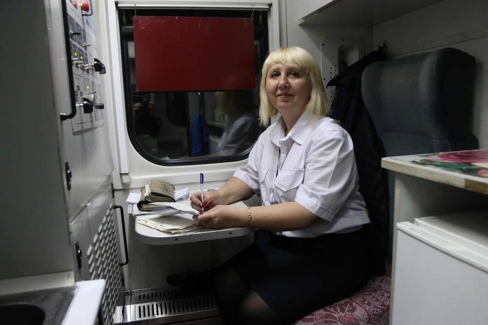 Проводница в рабочем купе поезда Харьков-Рахов