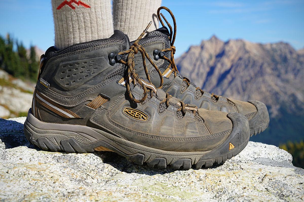 Пример легких треккинговых ботинок. Невысокое голенище и гибкая подошва обеспечивают комфорт, в то же время голеностоп защищен лучше, чем в кроссовках / switchbacktravel.com