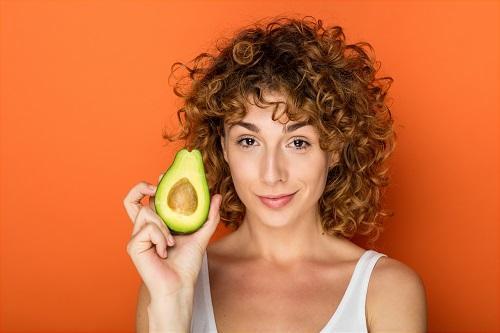 مصرف آووکادو برای رشد مو و پر پشتی
