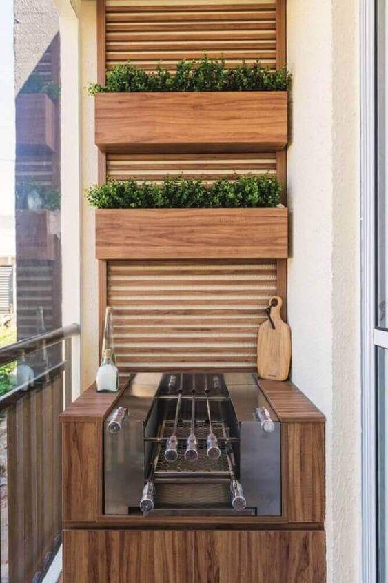 Varanda com churrasqueira revestida de madeira em espaço pequeno e painel de madeira.