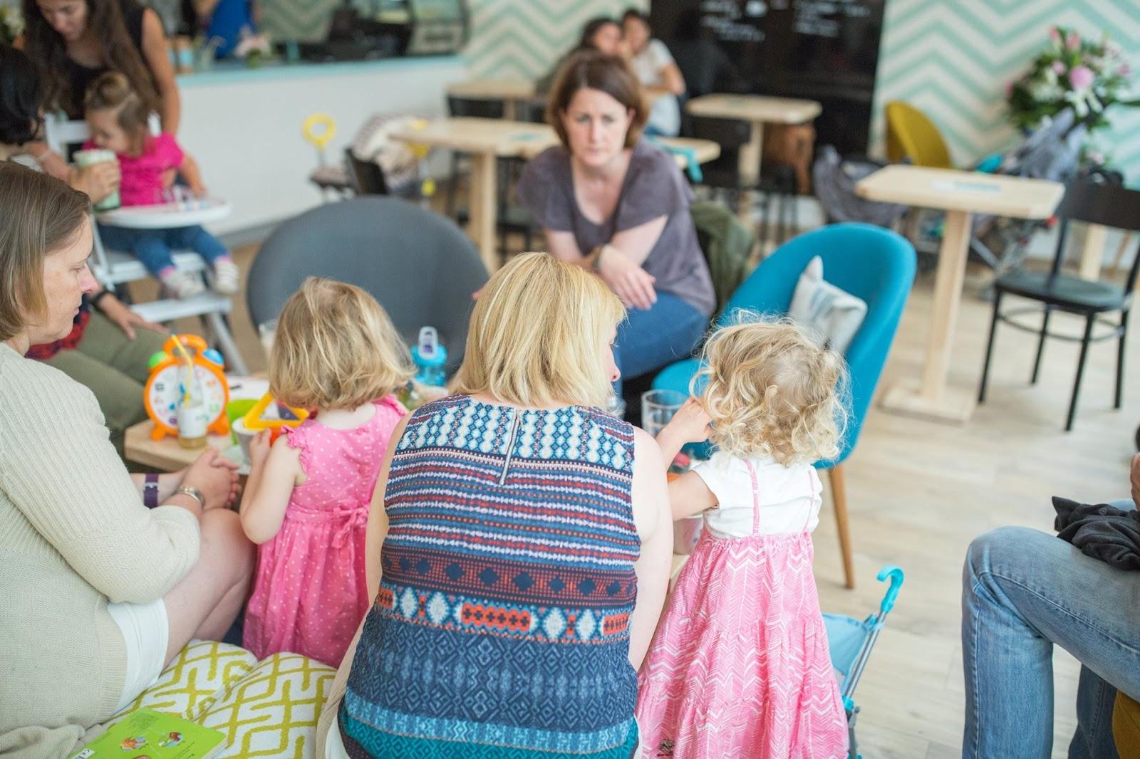Café ré-créatif pour parents et enfants en plein coeur de Lyon. Des ateliers parents/enfants, des repas bio, des jeux et beaucoup d'enfants.