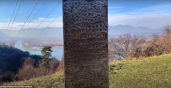 """Trụ kim loại """"không xác định"""" hình tam giác được phát hiện gần Pháo đài Petrodava Dacian, Piatra Neamt, Romania."""