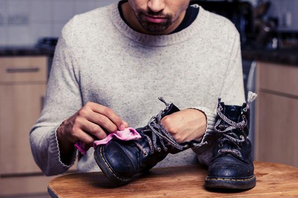 Cách chăm sóc đôi giày da nam khi bị dính vết bẩn.
