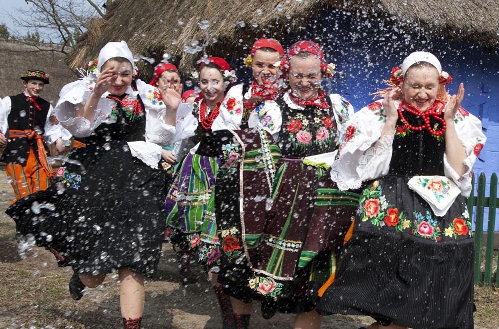 Podczas śmigusa-dyngusa panie oblewane są wodą, fot. Marian Zubrzycki / Forum