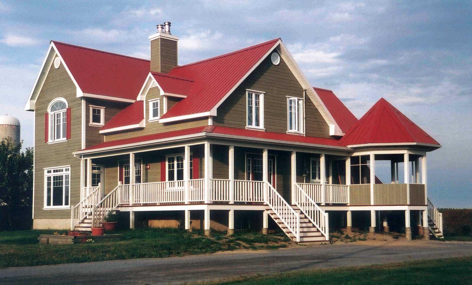 Nhà 2 tầng với mái tôn cách nhiệt màu đỏ đậm