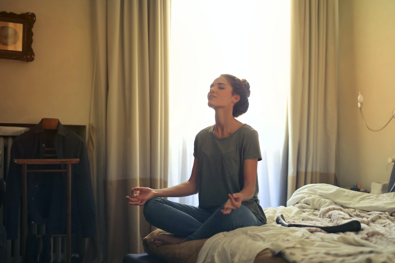 女性 瞑想 朝
