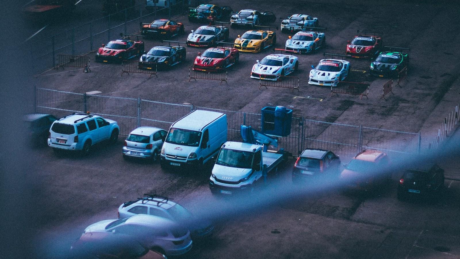 Os carros a combustão continuarão no mercado de carros usados, por alguns anos (Imagem: https://unsplash.com/photos/5kuWcYWN47M)