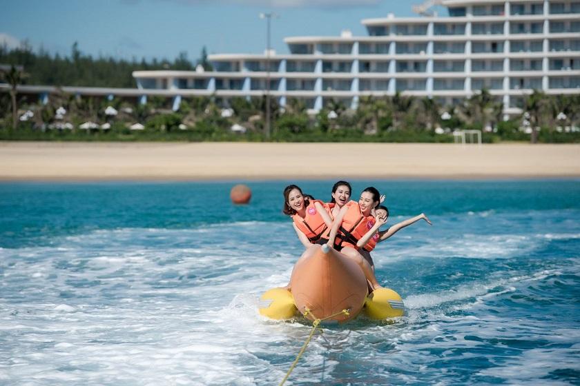 Kéo thuyền chuối trên biển Quy Nhơn