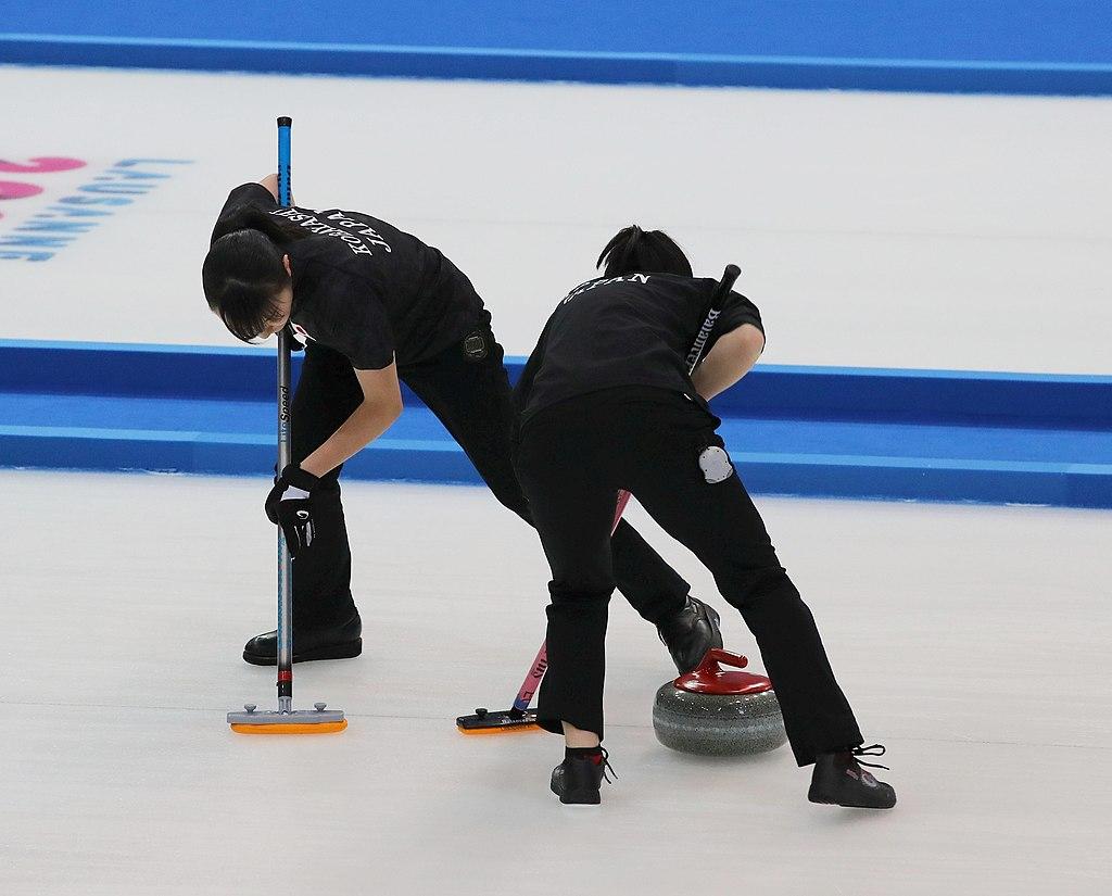 Thao tác quét băng rất quan trọng trong curling.