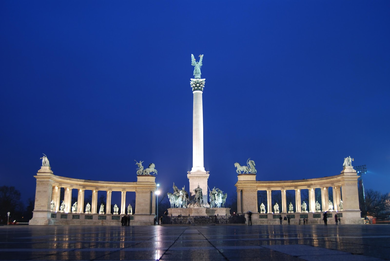 http://upload.wikimedia.org/wikipedia/commons/0/06/The_Millennium_Monument_in_Heroes%27_Square%2C_Budapest%2C_Hungary.jpg