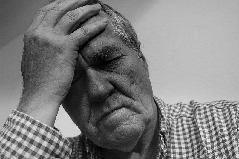 Os principais sinais do AVC são perda súbita de força e formigamento no rosto, braço ou perna de um lado do corpo,  dificuldade de falar, perda de visão, dor de cabeça forte, vertigem ou dificuldade de caminhar.  (Fonte: Geralt/Pixabay/Reprodução)