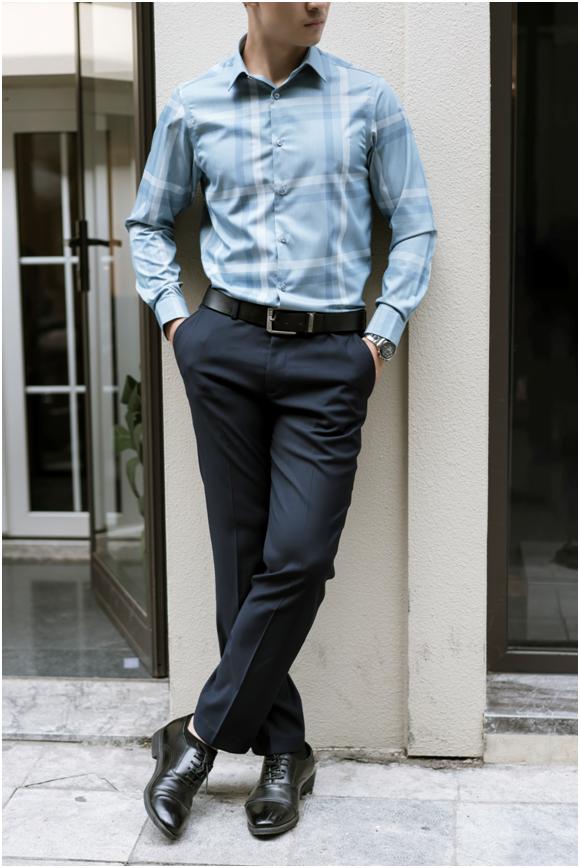 Chọn giày và thắt lưng phù hợp sẽ giúp bộ trang phục trở nên tinh tế và lịch lãm hơn.