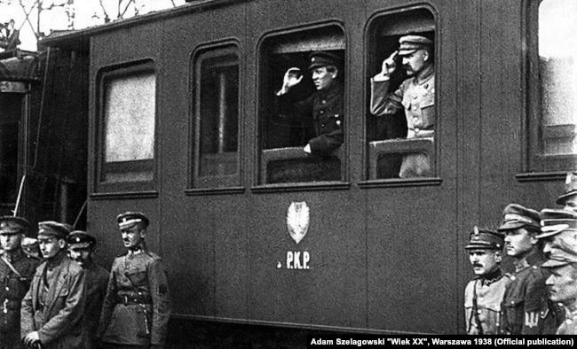 """Лидер Украинской народной республики Симон Петлюра (в окне вагона слева) и """"начальник Польского государства"""" Юзеф Пилсудский (справа) в период их недолгого союзничества. Винница, апрель 1920 года"""
