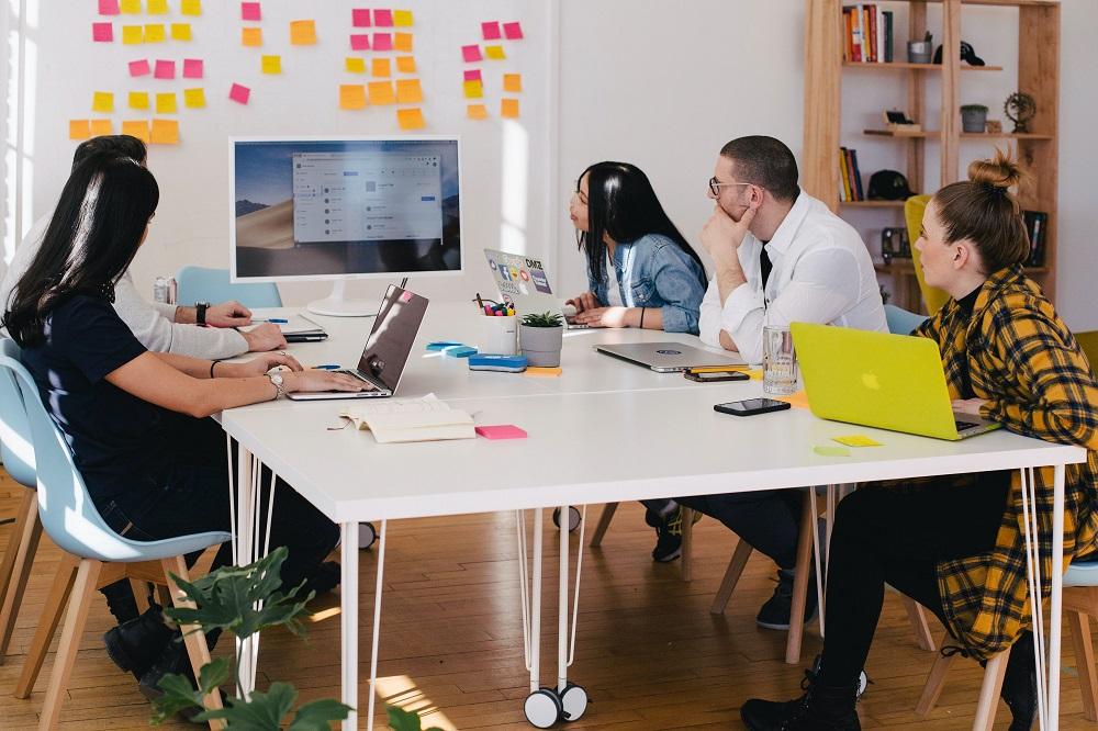 sala de reuniones con personas mirando la pantalla