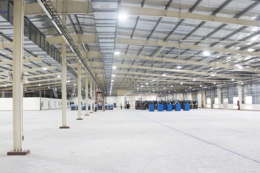 Không gian rộng rãi bên trong nhà xưởng khung thép mái tôn