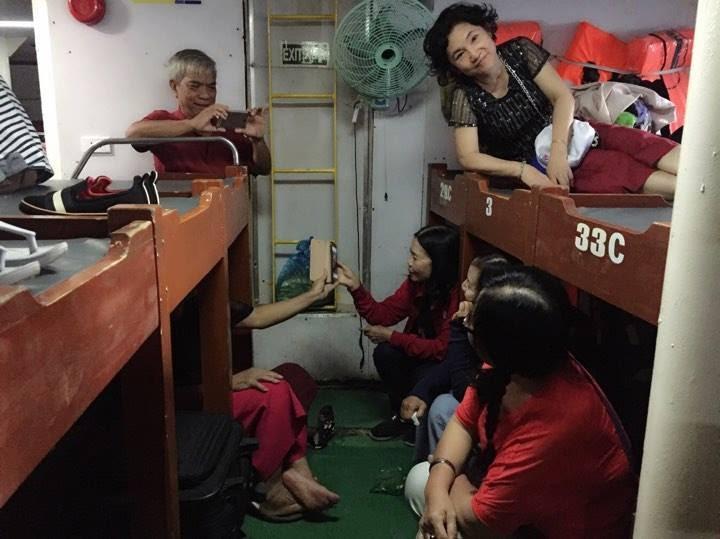 Trong hình ảnh có thể có: 3 người, bao gồm Trương Thu Thủy, mọi người đang cười, mọi người đang ngồi và trong nhà